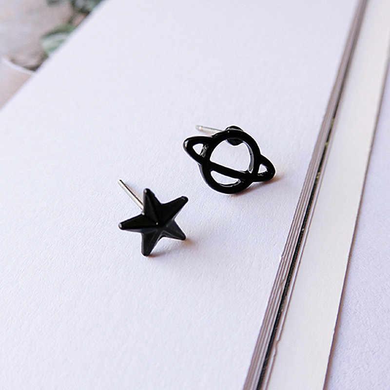 ES980 Pria Harajuku Pistol Hitam Asimetris Anting Kecil Anting-Anting Star Hollow Planet Tindik Telinga untuk Wanita Perhiasan Satu Arah
