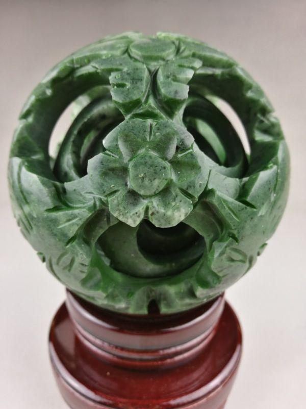 Chinois vieux jade vert sculpté fengshui dragon ball magique avec base en bois