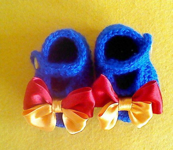 Baby snow white style slippers. crochet baby booties with blue with bows.