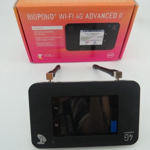 original packag netger AC790S 4g cat6 300 mbps mobile hotsp con touch screen router (plus antenn)original packag netger AC790S 4g cat6 300 mbps mobile hotsp con touch screen router (plus antenn)