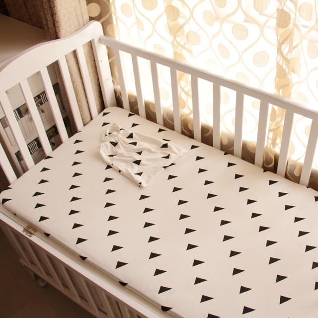 1 unid Bebé sábana ajustable cama de estilo en blanco y negro de punto 100% algodón tela cuna sábana más Triángulo elefante para niños niñas