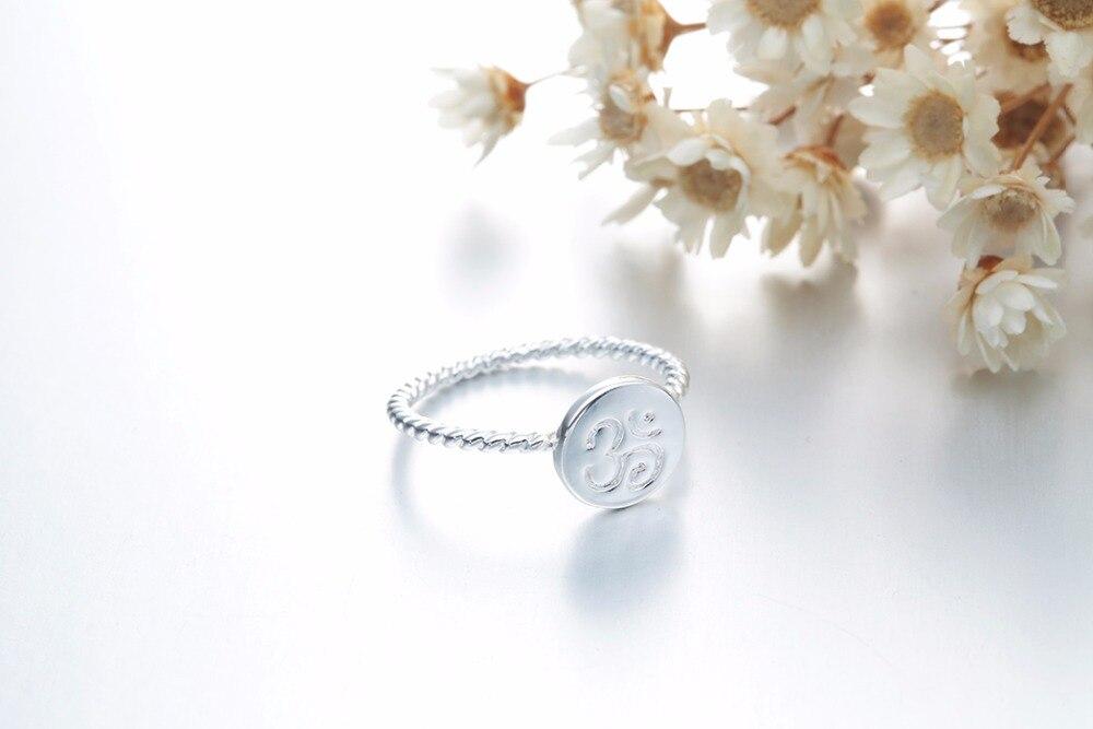 Bague torsadée métal argenté, symbole OM AUM OHM, yoga bijou tendance zen, vue de 3/4