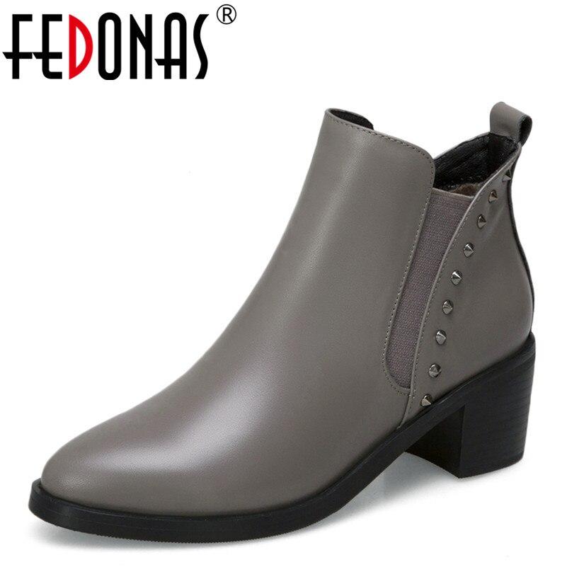 Ayakk.'ten Ayak Bileği Çizmeler'de FEDONAS Moda Kadın yarım çizmeler Hakiki Deri Sonbahar Kış sıcak Yüksek Topuklu Ayakkabılar Kadın Parti Punk Perçin Marka Bayan Botları'da  Grup 1