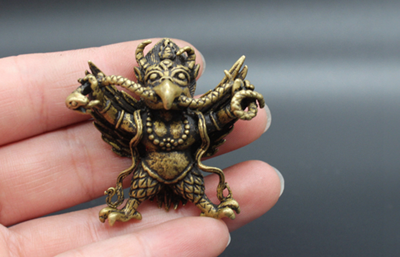 ( Mini ) Delicate Tibetan Buddhism Old-style Brass Carved Auspicious Garuda With A Snake In The Mouth Statue