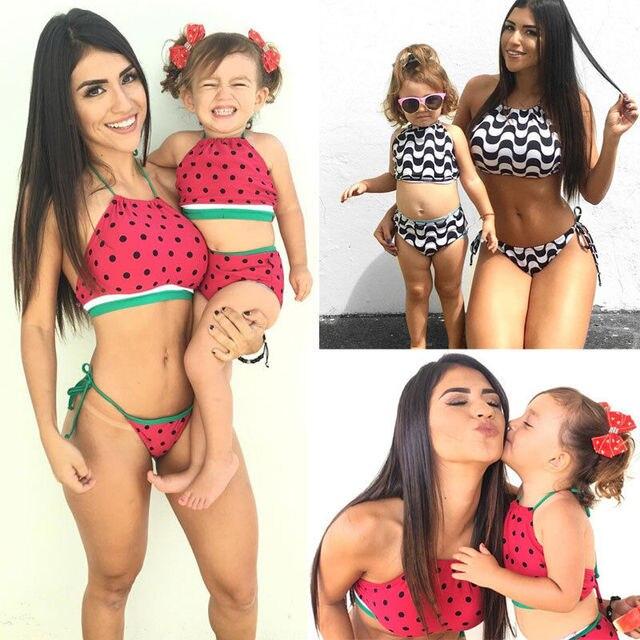 6c934c24a8 2017 famille Triangle bikinis ensemble mère fille brésilienne femmes maillot  de bain bandeau maillot de bain