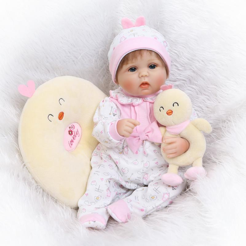 Cute reborn babies dolls 1840cm NPK soft silicone baby girl dolls toys with chicken rattle pillow Bebes reborn silicone bonecasCute reborn babies dolls 1840cm NPK soft silicone baby girl dolls toys with chicken rattle pillow Bebes reborn silicone bonecas
