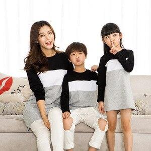 Image 4 - Family Look matka córka sukienka 2019 odzież rodzinna ojciec syn T Shirt bawełna patchwork w paski jednakowe stroje rodzinne