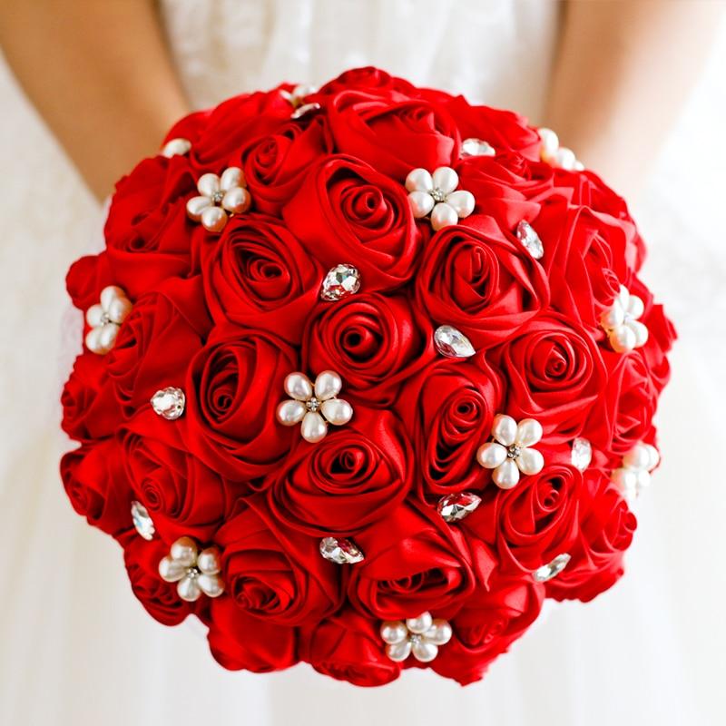 Капот автомобиля, круглый букет невесты розы красные