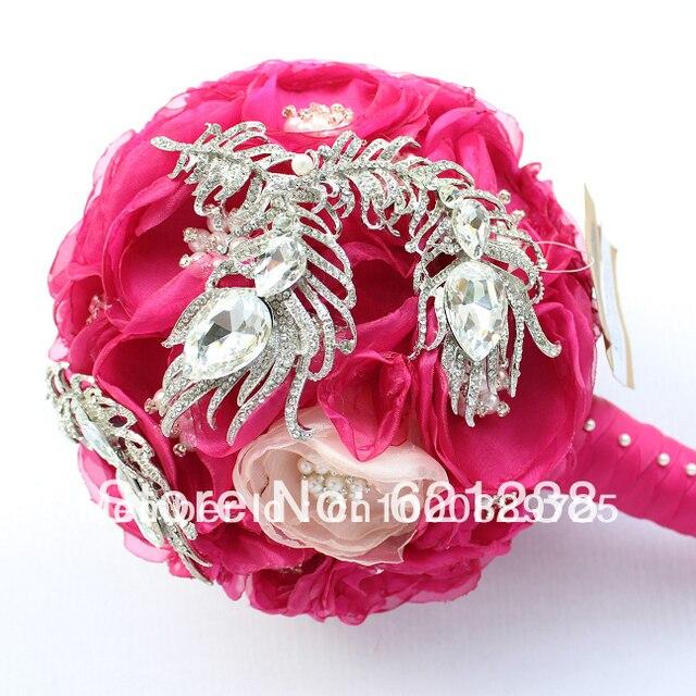 super hermosa novia sosteniendo ramos de flores rojas de la boda broche de joyera chino mano