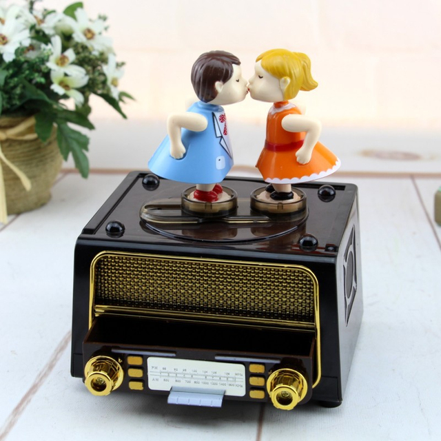 Retro Kissing Couple Wind-Up Music Box