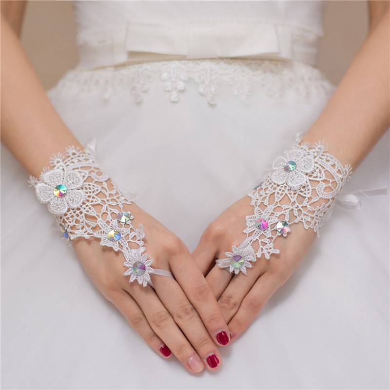 Hot Sale Wrist Length Wedding Gloves Fingerless 2017 Crystal Ivory Lace Bridal Gloves Free Shipping Luva De Noiva With Flowers