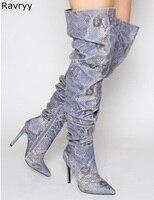 Женские высокие сапоги выше колена из змеиной кожи синего цвета дизайнерские вечерние женские мотоботы на тонком каблуке с острым носком