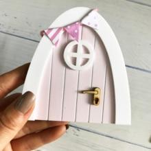 Mini arco hecho a mano lindo Hada Rosa puerta agujero con ratón, puerta de madera en miniatura con banderines y poste de señal personalizado