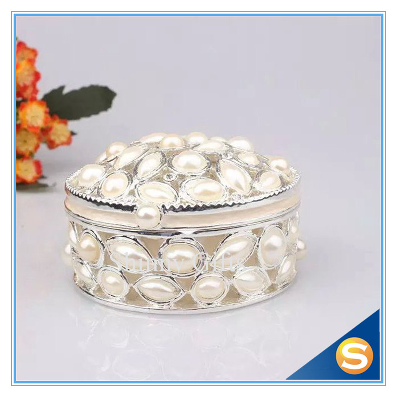 Vintagge kolo ve tvaru krabice NOVINKA smaltované cínové ring box s bílými perlami dekor svatební dary