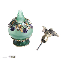 Vintage 24ml Green Retro Graven Metal and Glass Empty Container Refillable Portable Gift Perfume Bottle Home Decoration