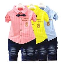 Одежда для мальчиков джентльменские платья, комплект из двух предметов, полосатая рубашка с принтом с героями мультфильмов, джинсы качественная одежда для детей возрастом от 1 года до 4 лет, украшенная галстуком-бабочкой