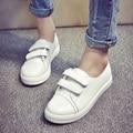 Женщины моды черный и белый цвет волшебный крючок обувь летом белый подросток девушка искусственная кожа обувь повседневная круглым носком студенческие квартиры