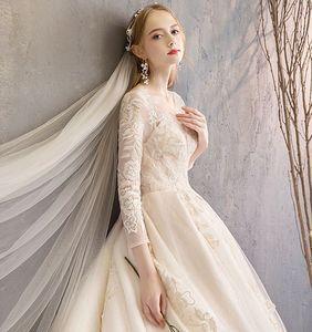 Image 4 - Robe de mariée en dentelle avec des appliques en boule avec des appliques, couleur Champagne, Train cathédrale, manches trois quarts