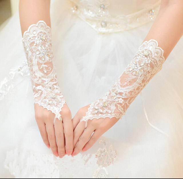 Barato branco marfim comprimento pulso luvas sem dedos de noiva Lace Beads praia verão vestido de casamento da luva gants mariage frete grátis