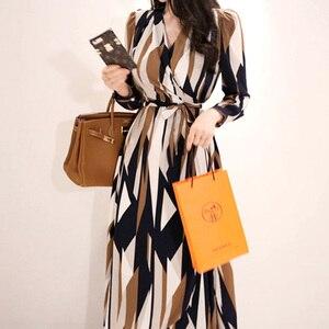 Image 2 - H Han Queen Sexy rayé imprimé robe femmes 2018 automne Style coréen col en v nœud pansement robes lâches Vintage longue balançoire robes