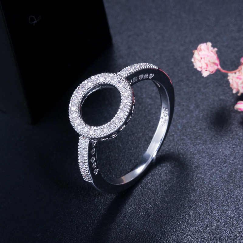 CWWZircons Hollow Out คริสตัลอินเทรนด์วงกลมรอบหมั้นแหวนนิ้วมือสำหรับผู้หญิงเครื่องประดับ Cubic Zirconia ของขวัญ R128