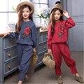 Flores bordados meninas conjuntos de roupas de moda 2016 outono azul vermelho blusas tops solto calças meninas roupas ternos 2 peças conjunto