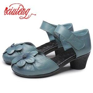 Image 2 - Xiuteng Sandalias de cuero con flores para mujer, zapatos informales gruesos con correa trasera, hechos a mano, para verano, 2020