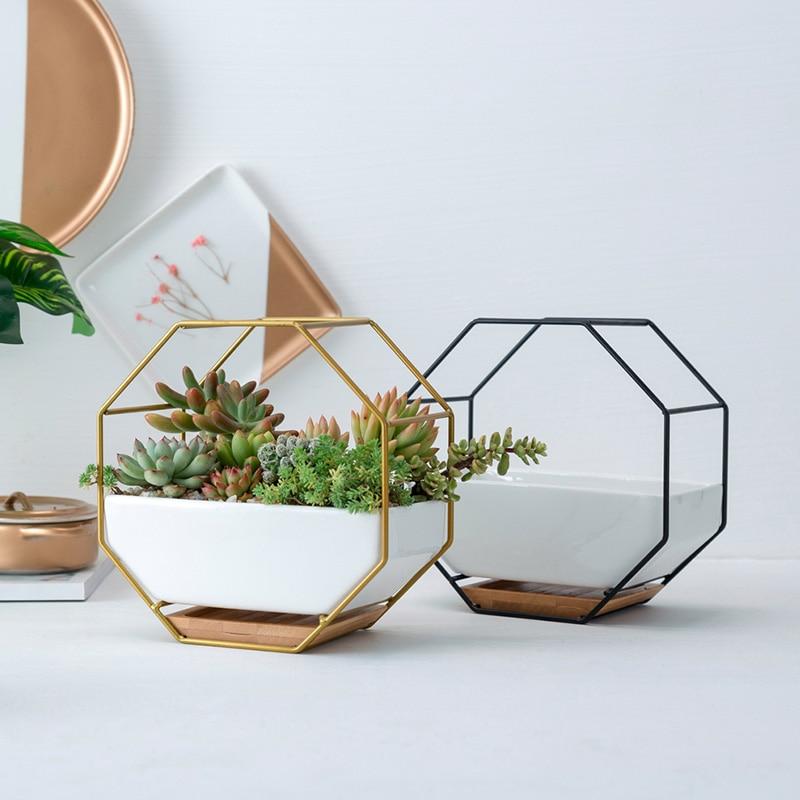 In Staat Geometrische Metalen Ijzeren Rek Witte Keramische Planter Pot Achthoekige Geometrische Muur Opknoping Keramische Bloempot Bamboe Lade Ijzeren Frame