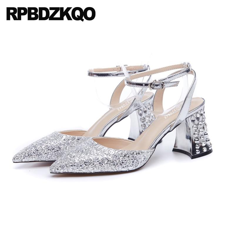 b88f04a23080c8 Bloc De cristal Cheville Bracelet Argent Designer Sandales Femmes De Luxe  2018 Sequin Haute Talons Pompes Diamant Glitter Bling Chaussures Pointu  dans ...
