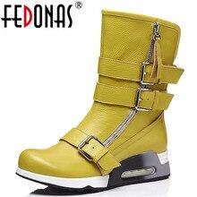 Fedonas最新の女性ウェッジハイヒールミッドカーフブーツバックルパンクオートバイのブーツの女性ソフトレザー高暖かいブーツ