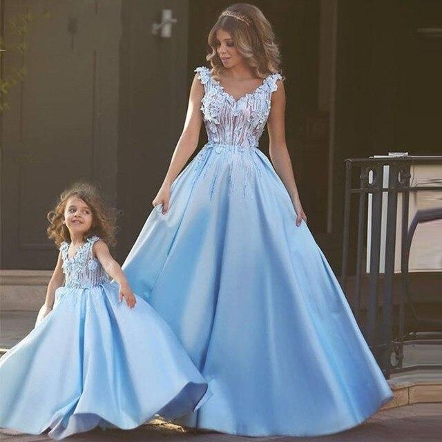 79 98 2016 Madre E Hija Vestidos Noche Familia Conjunto Lindo Precioso Cielo Azul Backless Beads Flores Sexy Arabe Largo Baile Vestido En