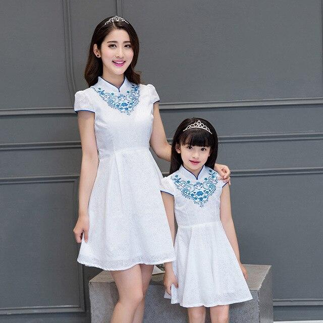 2017 летние женщины одеваются мать дочь платья семья посмотрите белый китайский стиль платье высокий воротник вышивка cheongsam qipao