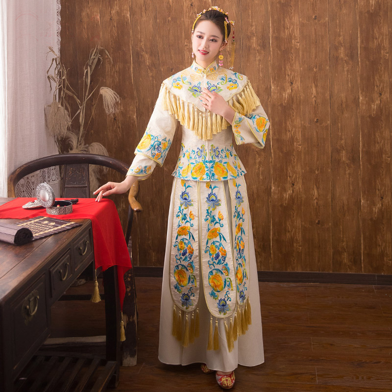 bfd2e67972 traditional Chinese style Bride wedding Dresses Embroidery cheongsam gown  robe Party evening dress marry Qipao Vestido xiuhe-in Cheongsams from  Novelty ...