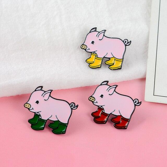 Super Lindo Bebê Porco! Três Cores Dos Desenhos Animados Rosa Animal Grunt Pig Em Botas De Chuva Galochas Duro Esmalte Broches Pinos Para Presentes