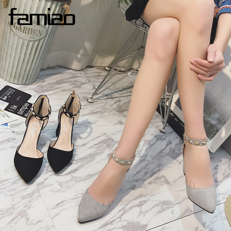 Mustad või hallid kingad kuldsete kaunistustega