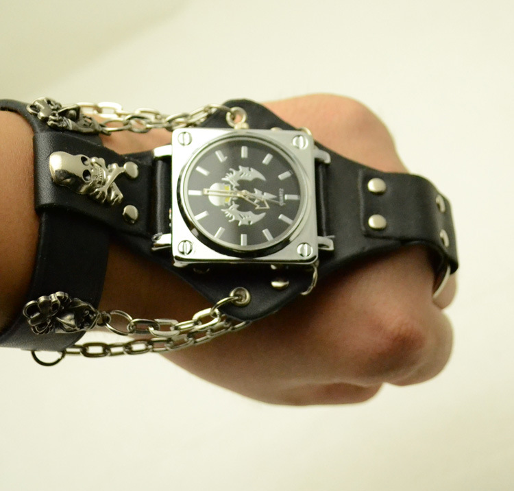 Punk Style Quartz Watch  Hot New Hip Hop Scorpion Ring Strap Strap Chain Quartz Watch Rivet Strap Watch A Gift For Lover
