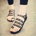 2016 verão Europeu e Americano de punk rebite manga toe plana Mulheres Romanas sandálias planas Mulheres sapatos