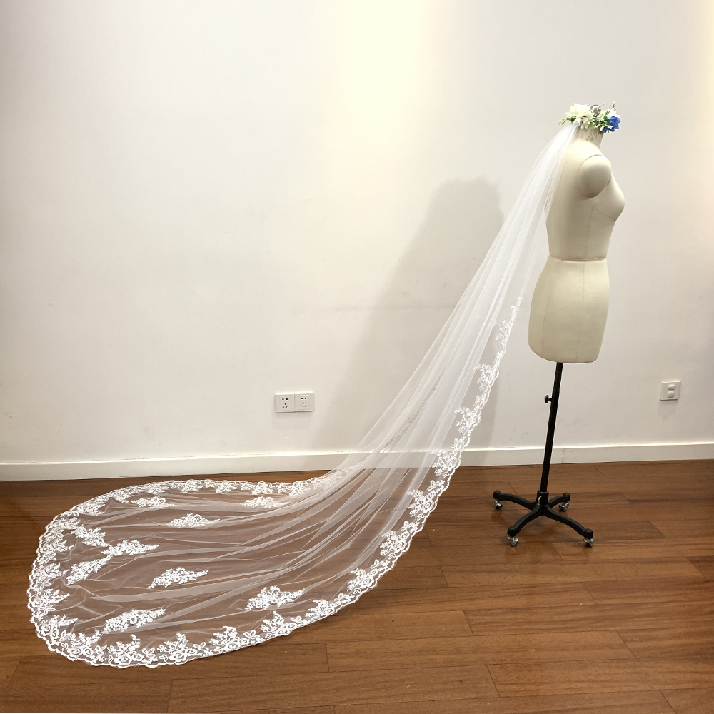 2019 new hot In Stock 3 Meters Long Wedding Veil Bridal Veils White / Ivory Lace Edge With Comb Wedding Accessories Veil Soiree