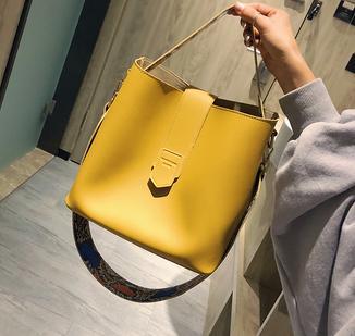 2018 new fashion wild casual wild retro wide shoulder strap billiard shoulder slung bucket bag.