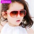 2015 Más Nuevos Niños gafas de Sol de Marco de Plástico de Los Niños muchachas de Los Muchachos Al Aire Libre UV400 Gafas 4 Gafas de Color Gafas de Sol Oculos infantil