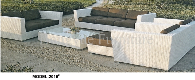 Blanco conjunto de sofás muebles de mimbre con cojines de diseño al ...