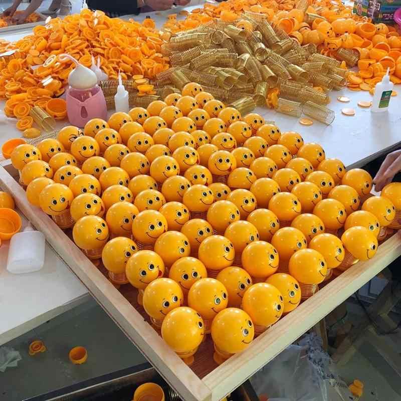 Engraçados dos desenhos animados Emoji Sorriso Primavera Emoji Sorriso Balançando A Cabeça Da Boneca de Brinquedo para Crianças Ornamento Auto Interior Do Carro Decoração de Casa de Carro styling