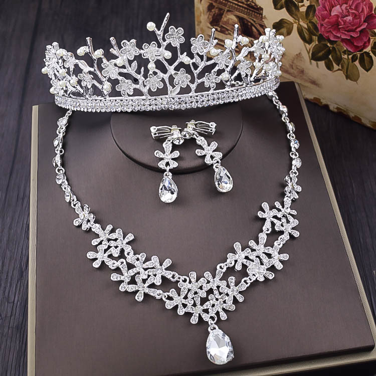 Wedding Necklace, earrings, crown ornaments, three sets of wedding dresses, accessories, accessories