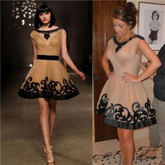 Kim Kardashian Red Carpet Vestidos 2017 A Linha Cap Mangas Champagne Tulle Frisado Curto Famosa Imitação Celebrity Dresses