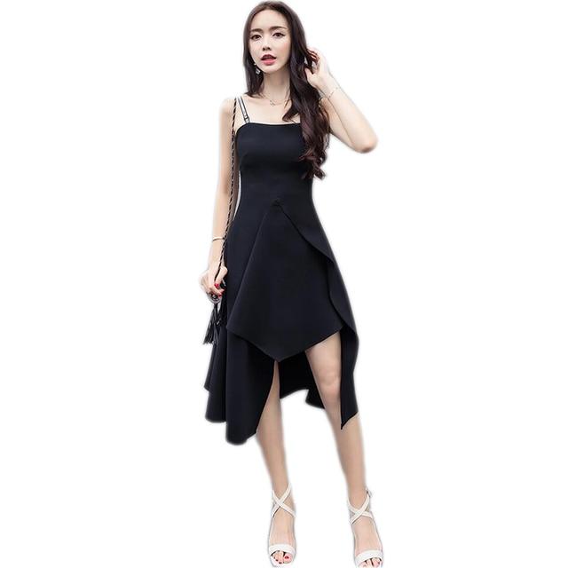 Mujer alta vestida de negro letra