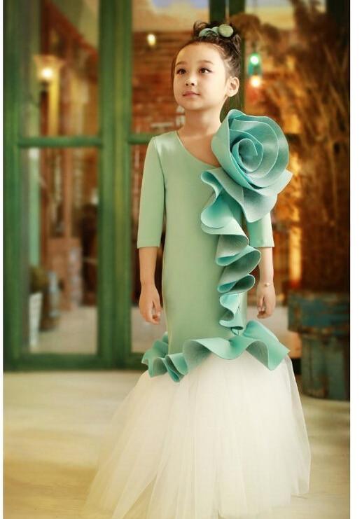 Показ мод девушки в красивой одежде