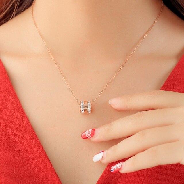 женское ожерелье с подвеской из розового золота фианитами фотография