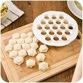 1 piezas 19 agujeros Dumpling cocina Gadget repostería herramientas de bricolaje de plástico blanco bola molde prensa de masa Ravioli molde