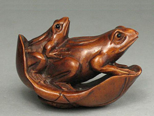 """Y6079-20 Years OLD 2/"""" Hand Carved Ironwood Netsuke 3 Frogs on Leaf"""