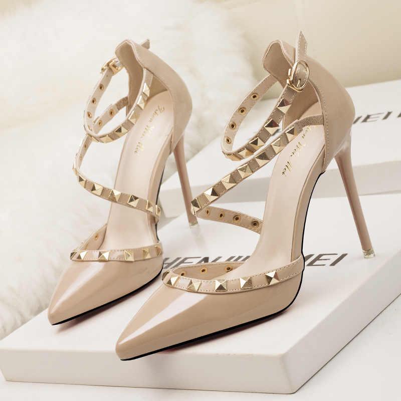 Klasik pompalar yeni kadın ayakkabı yaz sandalet moda kadın pompaları perçin Patent deri kadın yüksek topuklu ayakkabı parti ofis ayakkabı